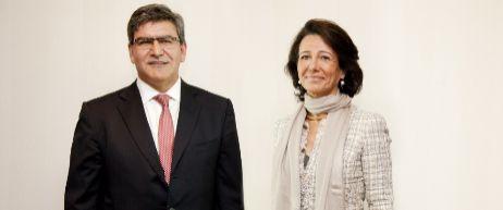 José Antonio Álvarez, nuevo consejero delegado del Santander, junto...