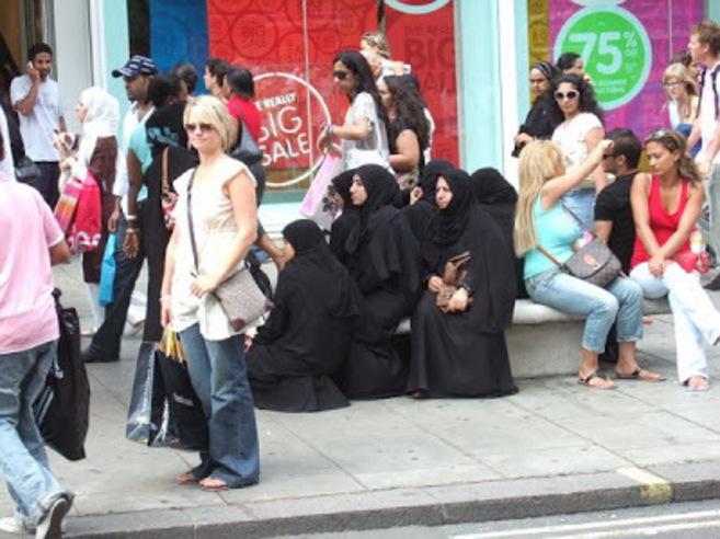 Mujeres musulmanas junto a un centro comercial de Dinamarca.