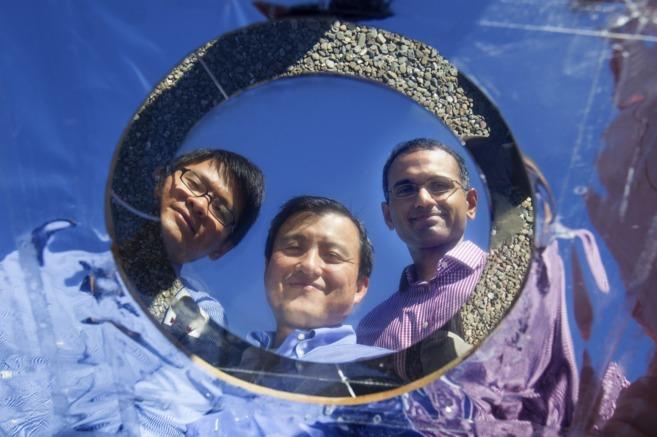 Linxiao Zhu, Shanhui Fan y Aaswath Raman con el prototipo de panel...