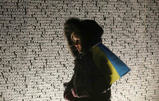 Una ucraniana pasa delante de un monumento en Kiev.