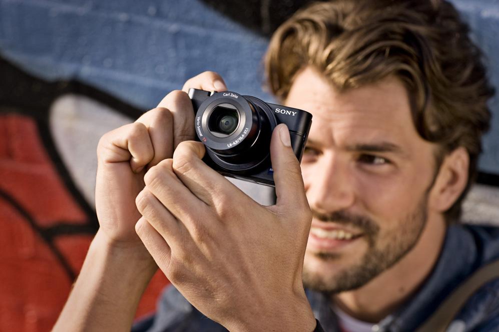 <STRONG>MEJOR CÁMARA / LA MÁS COMPACTA.  </STRONG>  Es difícil comprimir tanta tecnología en un formato tan pequeño. La RX100 III de Sony puede parecer una compacta de disparo automático, pero es un sofisticado dispositivo con control manual, con sensor de una pulgada, una increíble lente 24-70 mm con apertura F1.8 y visor electrónico integrado. La calidad de la imagen no envidia a la de una réflex o compacta de lente intercambiable, pero con la ventaja de que es tan pequeña que se puede llevar en el bolsillo. Su lista de méritos es larga: conexión inalámbrica, pantalla abatible de tres pulgadas, soporte de grabación de vídeo 1080p y un cómodo anillo de control que puede utilizarse para ajustar enfoque o los parámetros de disparo. www.sony.es