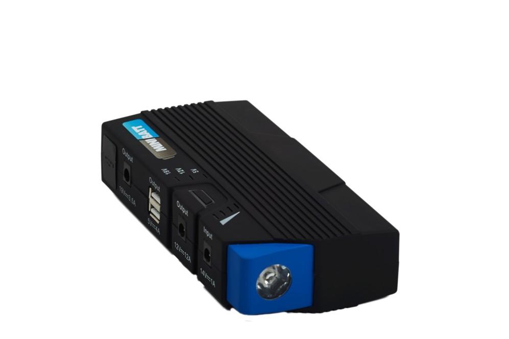 <STRONG>MEJOR ACCESORIO / SALVAVIDAS.  </STRONG> Nuestra lista de accesorios personales de electrónica la corona un dispositivo inusual, pero que se ha relevado como una de las propuestas más ingeniosas del año. MiniBatt CMB5 es una batería externa de 15.000 mAh con potencia para arrancar la batería gastada de un camión pero que al mismo tiempo ofrece dos conexiones USB para devolver a la vida teléfonos, tabletas, consolas o portátiles. Almacena la carga durante medio año y puede utilizarse como una linterna LED de emergencia. La batería incluye las pinzas para conectar a baterías de 12V, pero también una colección de clavijas compatibles con la mayoría de teléfonos, tabletas y portátiles. Pesa 415 gramos y se recarga completamente en cinco horas. Con 15.000 mAh es capaz de cargar más de 10 veces un teléfono móvil de última generación. Incorpora un sistema patentado de protección para evitar posibles cortocircuitos. www.minibatt.com