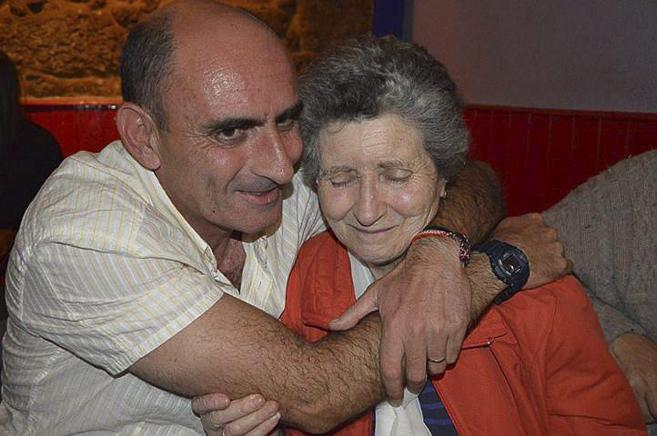 Suso Cela Seoane abraza a su madre tras quedar en libertad en 2013.