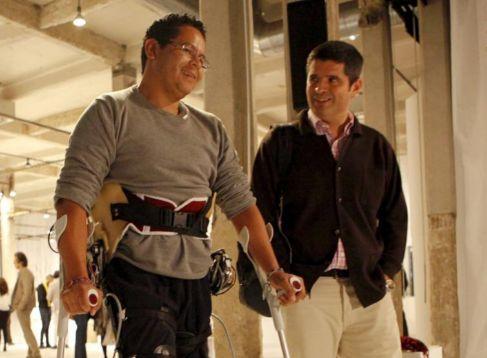 Ángel Sabalaga prueba el exoesqueleto