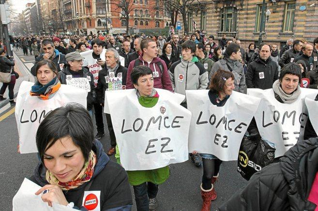 Manifestantes portan carteles con el lema '¡No a la...