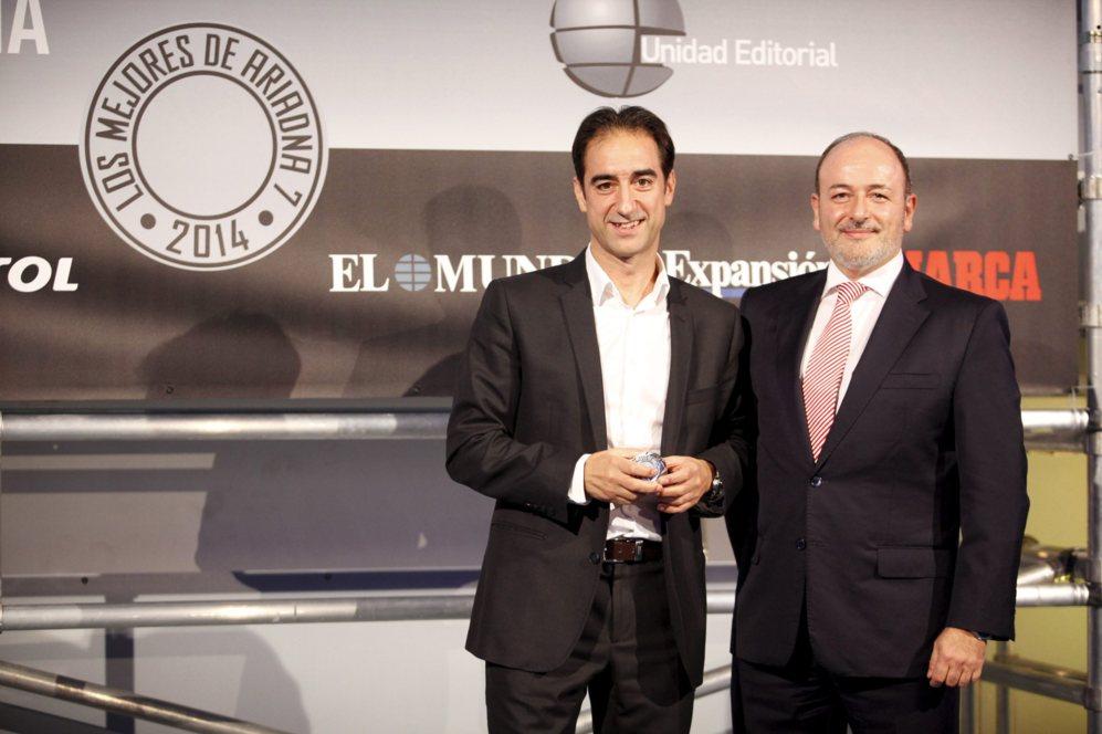 """<strong> MEJOR MÓVIL DE MENOS DE 5"""" / iPHONE 6. </STRONG>. Benigno Lacort, director general de AMETIC, entregó el premio de la categoría de móviles de menos de cinco pulgadas. El premio final lo recogió Rafael Cayuelas, director general de K-tuin."""
