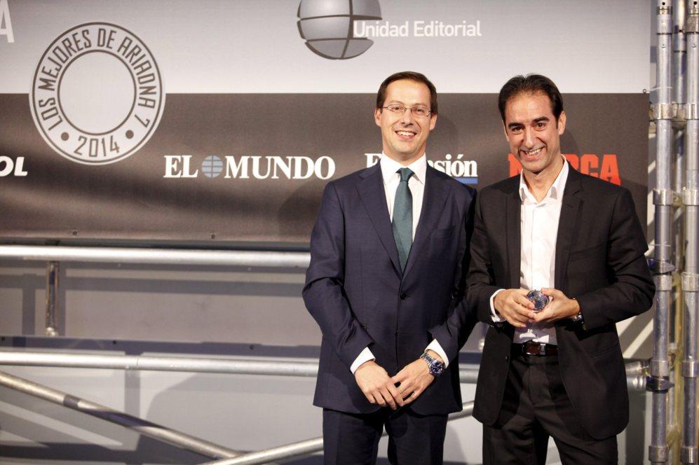 <strong> MEJOR TABLETA / iPAD AIR 2. </STRONG>. Javier Cabrerizo, director general de Unidad Editorial, entregó los premios de la categoría de tabletas. Rafael Cayuelas, director general de K-tuin recogió el premio final por el iPad Air 2.