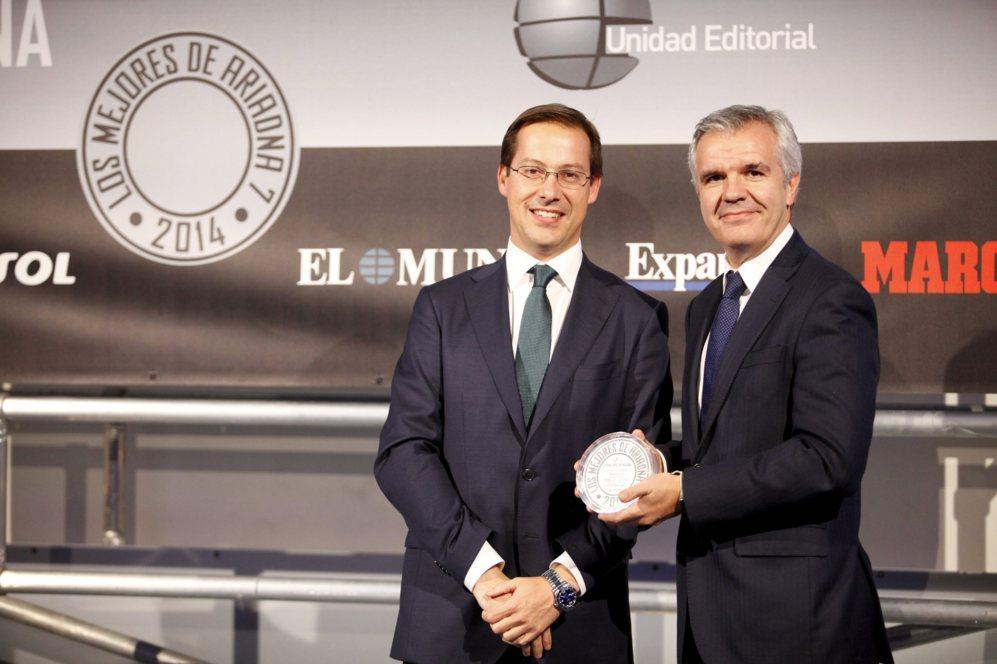 <strong> MEJOR TABLETA / GALAXY TAB S. </STRONG>. Celestino García, vicepresidente de Samsung, junto a Javier Cabrerizo, con el diploma por la tableta Galaxy Tab S.