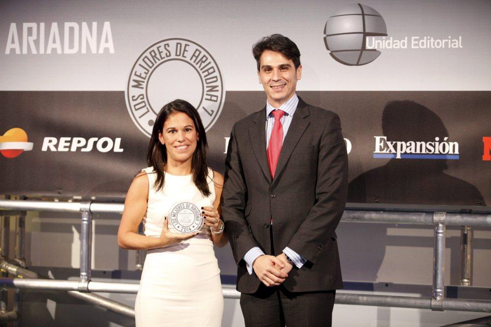 <strong> MEJOR HÍBRIDO / HP PAVILION X360. </STRONG>. Inés Bermejo, directora comercial de consumo de HP, junto a Víctor Sánchez, de Fundetec.