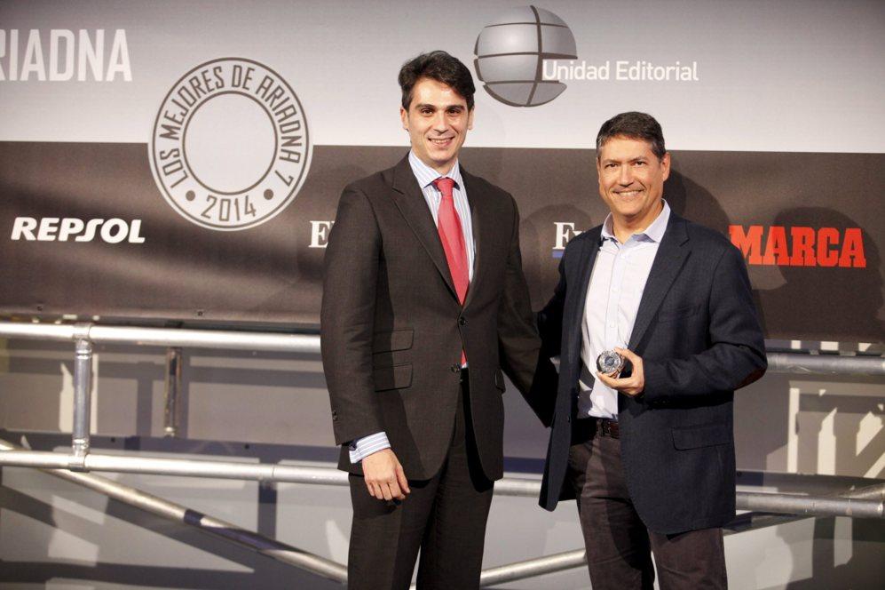 <strong> MEJOR HÍBRIDO / SURFACE PRO 3. </STRONG>. Víctor Sánchez, gerente de proyectos de la fundación FUNDETEC, co jurado de los premios, con Fernando Calvo, director de la división de Windows de Microsoft, quien recogió el galardón por la Surface Pro 3.