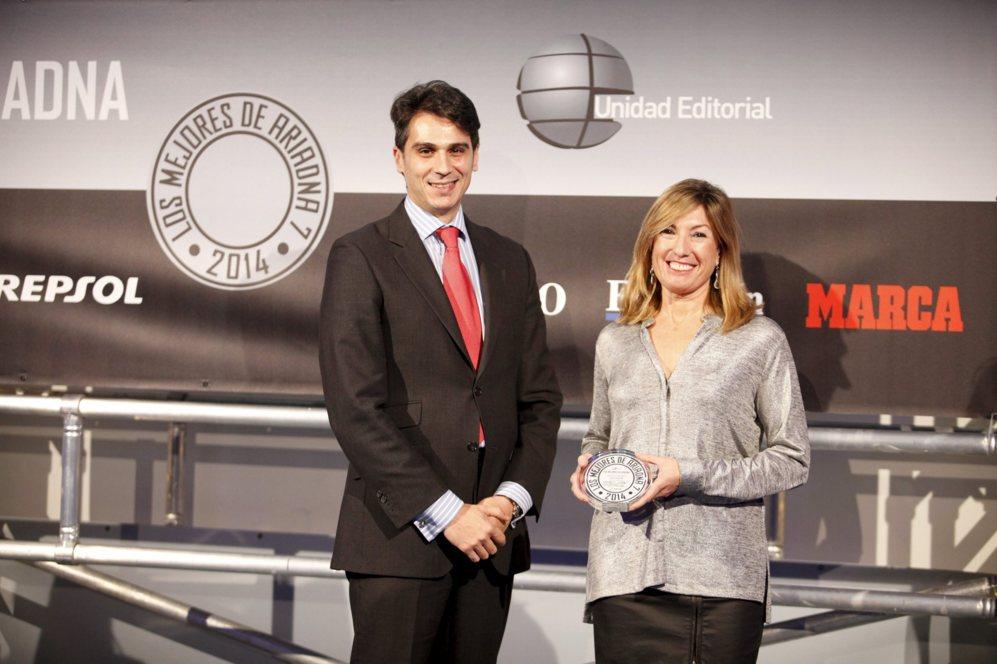 <strong> MEJOR HÍBRIDO / TOSHIBA SATELLITE PW30. </STRONG>. Lorena Royo, directora de marketing y comunicación de Toshiba para España, recogió el accésit por el Satellite PW30.