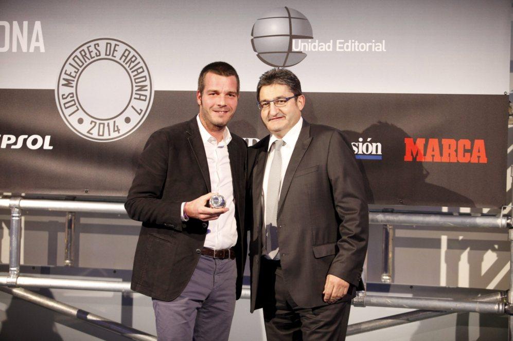 <strong> MEJOR ACCESORIO / MINIBATT CMB5. </STRONG>. Óscar Campillo, director de Marca, entregó los premios a los mejores accesorios. Jordi Gilberga, director gerente de Turisport, recogió el trofeo al mejor de la categoría por el MiniBatt CMB 5, un cargador para móviles, cámaras, portátiles... que puede arrancar un camión que se haya quedado sin batería.