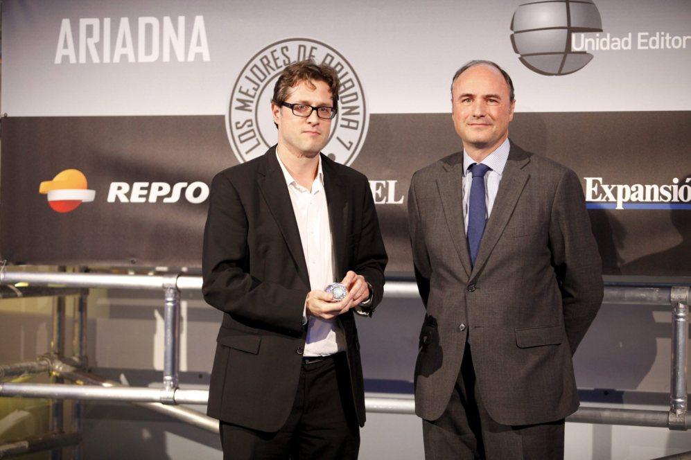 <strong> MEJOR CÁMARA / SONY RX 100 III. </STRONG>. Pedro Biurrun, subdirector de Expansión, entregó los premios de la categoría de cámaras. El final lo recogió Jorge Juan Gállego, director de comunicación corporativa de Sony.