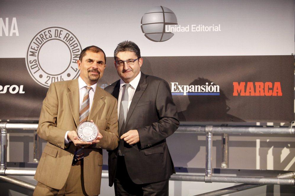 <strong> MEJOR ACCESORIO / PARROT SUMO. </STRONG>. Bertrant Isnard, director general de Parrot Iberia posa con el diploma por el Parrot Sumo con Óscar Campillo.