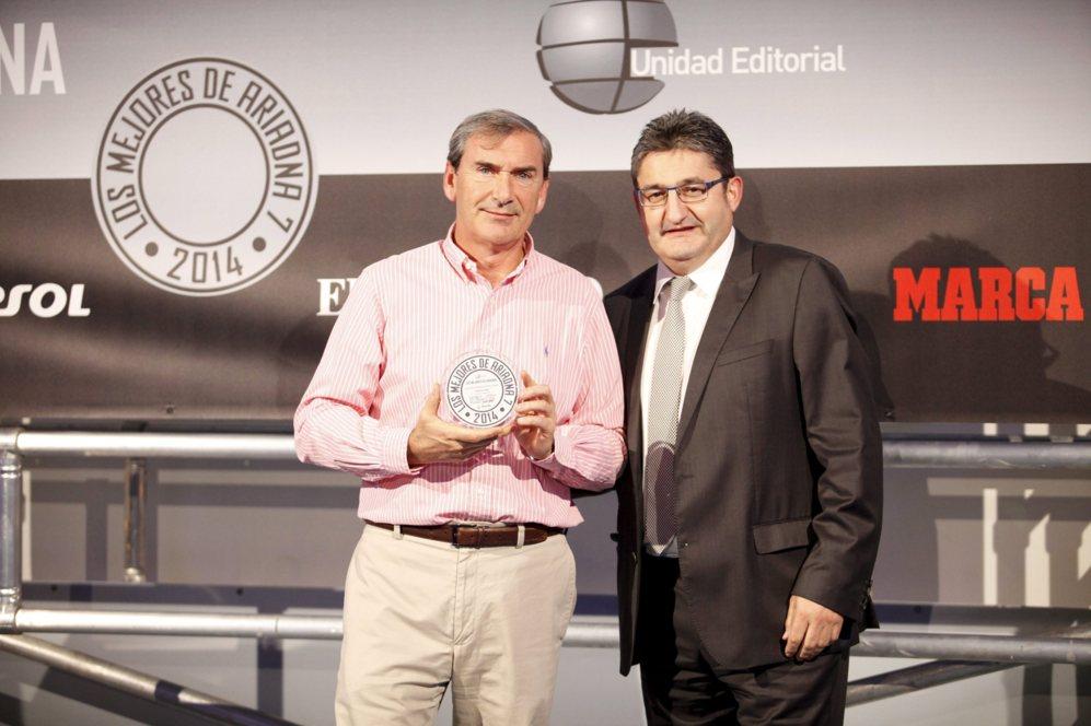 <strong> MEJOR ACCESORIO / SENNHEISER URBANITE. </STRONG>. Jesús Pascual López, director comercial de Magnetrón, con su diploma junto al director de Marca Óscar Campillo.