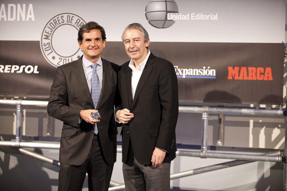 <strong> MEJOR EQUIPO PARA EL HOGAR DIGITAL / THERMOMIX TM5. </STRONG>. Iñaki Gil, subdirector de El Mundo para el área de suplementos, entregó el premio al mejor equipo para el hogar digital a Ignacio Fernández Simal, director general de Thermomix.