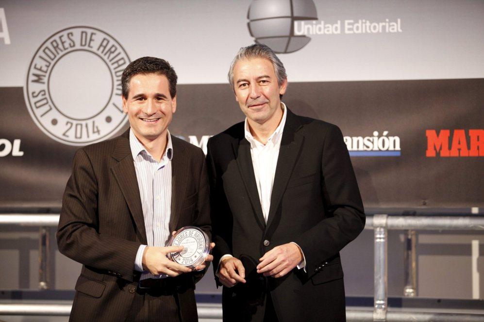 <strong> MEJOR AUDIO-VÍDEO / LG UB980V. </STRONG>. Oriol Farnell, director comercial de electrónica de consumo de LG, con el diploma.
