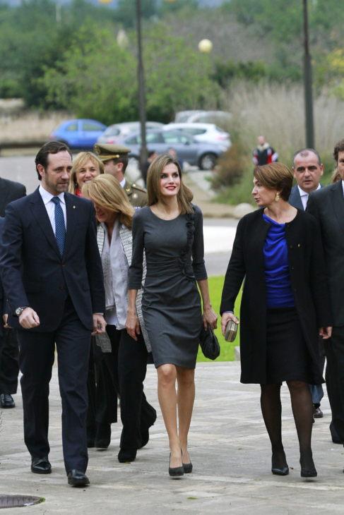 La Reina Letizia, junto a Bauzá (i) y la Presidenta del Parlament,...