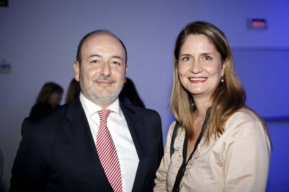 María Luisa Melo, directora de marketing de Huawei, con Benigno...