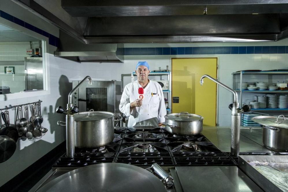 Domingo Montes, ex técnico de RTVV, cocinando en la residencia de...