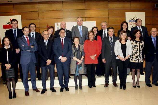Foto de archivo de la ex ministra, Ana Mato, junto a Pilar Farjas (a...