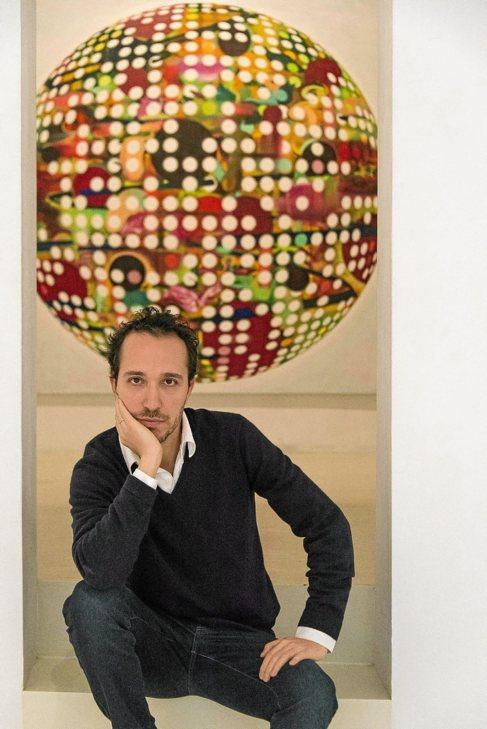 El artista Adrián Navarro, ayer con una de sus obras en Maior.