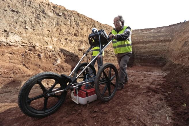 Un técnico trabaja con el georradar en la zona excavada en el paraje...