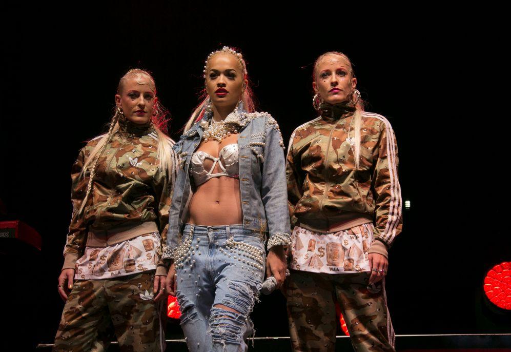 Son muchas las artistas que, siguiendo la senda de Madonna, enseñan...
