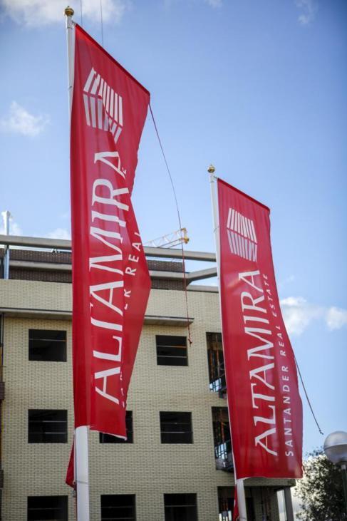 Dos banderolas de Altamira delante del Residencial Jardines de la...