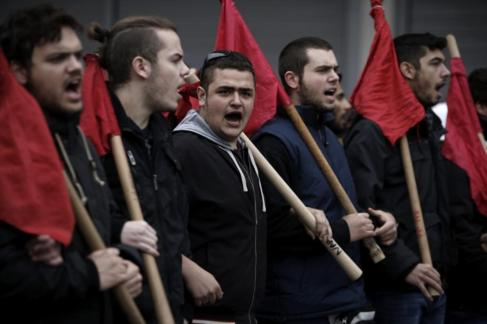 Unos manifestantes corean los eslóganes durante una protesta en...