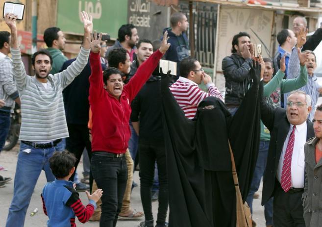 Ciudadanos egipcios sostienen copias del Corán durante la protesta en...