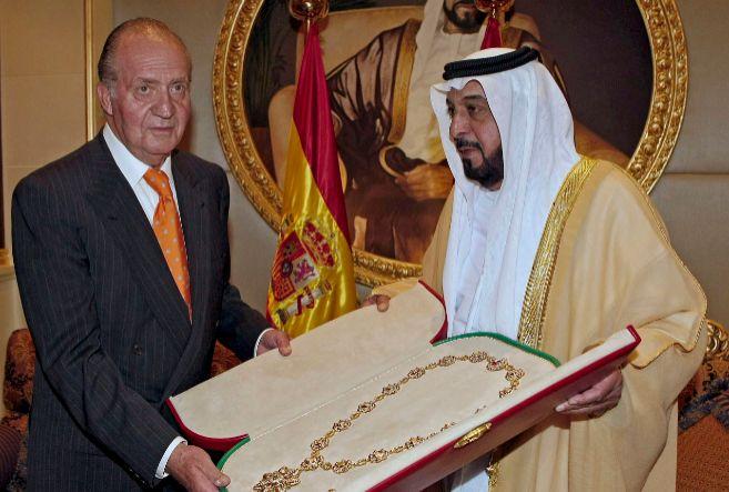 El Rey Juan Carlos recibe un regalo del emir de Abu Dabi en 2008.