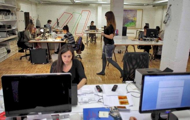 Oficina con trabajad jóvenes en el barrio de Malasaña, en Madrid.