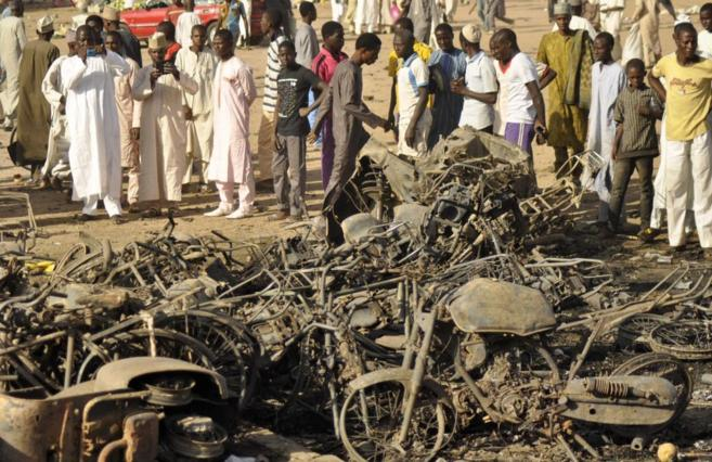 Una multitud contempla restos de la explosión cerca de la Mezquita de...