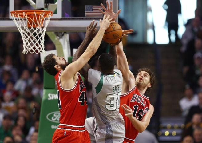 Gasol y Mirotic intentan detener el ataque de Brandon Bass.