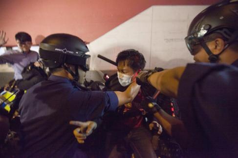 Dos policías detienen a un manifestante en el barrio de Mong Kok.