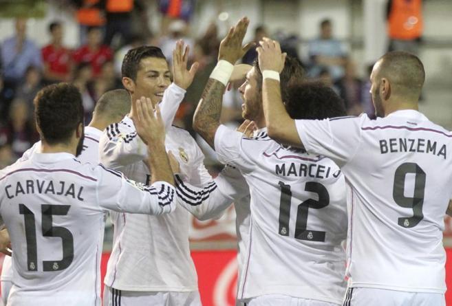 Los jugadores del Real Madrid celebran uno de los goles de Cristiano...