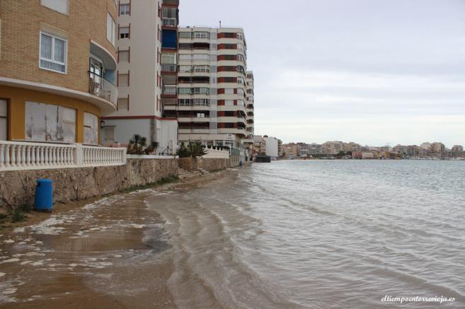 La subida del agua apenas deja rastro visible de la playa.