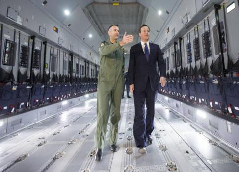 David Cameron visita un aeronave con el comandante de la RAF Simon...