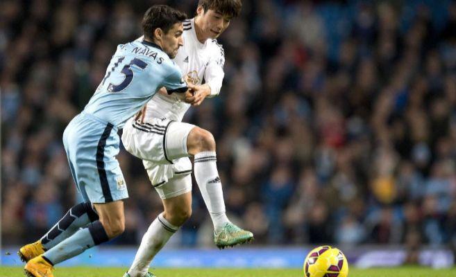 Jesús Navas pelea por un balón en un partido de la Premier League.