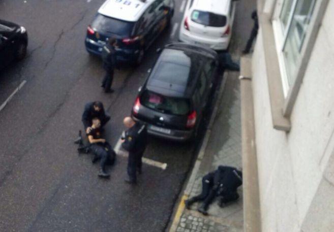 Los policías son auxiliados por sus compañeros tras el tiroteo.