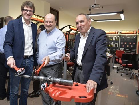 Girka Urtaran, Andoni Ortuzar y Ramiro González en la empresa Ega...