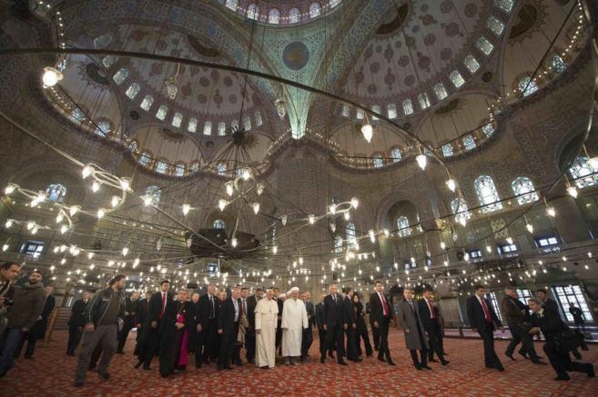 El Papa Francisco con el Mufti Rahmi Yaran en la Mezquita Azul de...