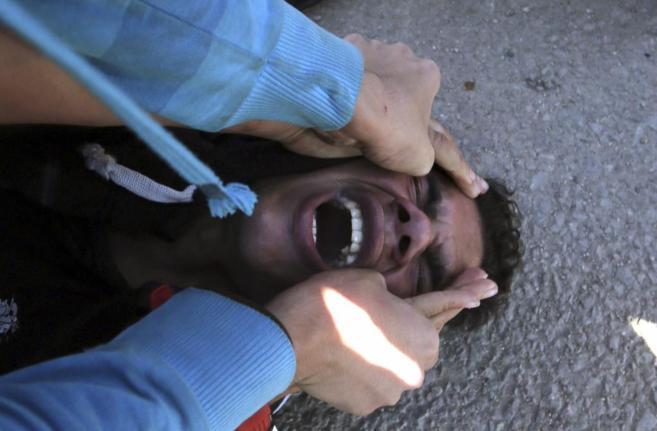 Un manifestante contrario a Mubarak rompe a llorar tras el veredicto.