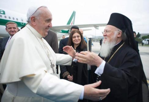 El Papa Francisco abraza al patriarca ecuménico Bartolomé I.