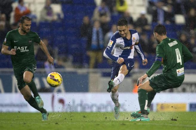Sergio García (c) marca el segundo gol de su equipo ante el Levante.