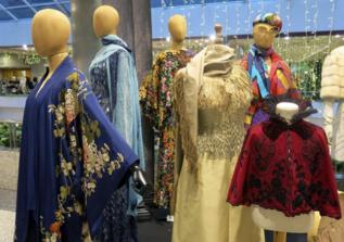 Imagen de varias prenda vintage expuestas.