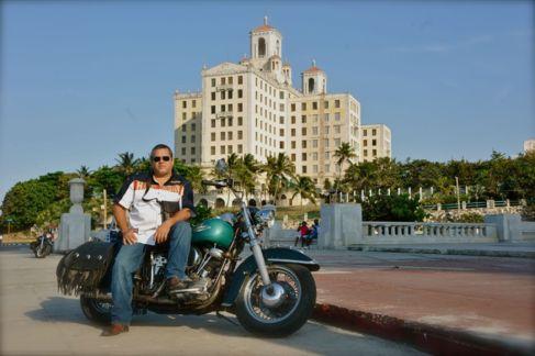 Ernesto en La Habana con su Harley Davidson Panhead del año 1949.