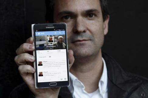 Javier muestra el perfil que ha creado en Twitter para buscar a su...