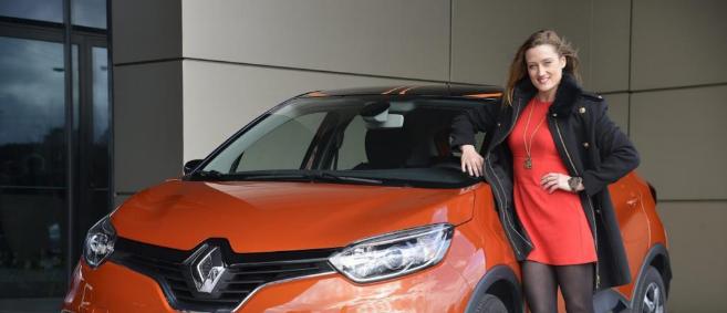 La nadadora española Mireia Belmonte junto a un Renault Captur en un...